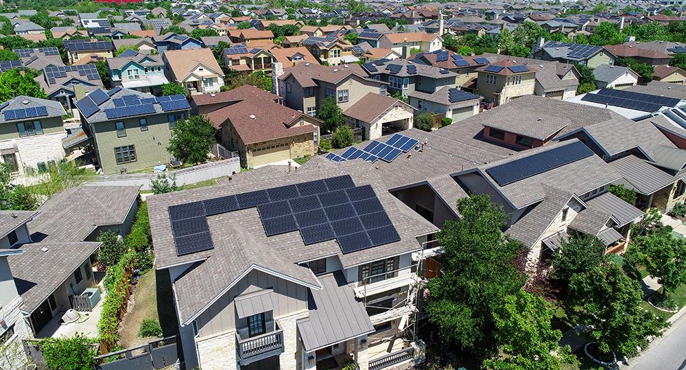 Bis 2030 sollen in Österreich 100% erneuerbare Energie mit einem Zubau von elf Gigawatt Photovoltaik erreicht werden – @shutterstock | Roschetzky Photography